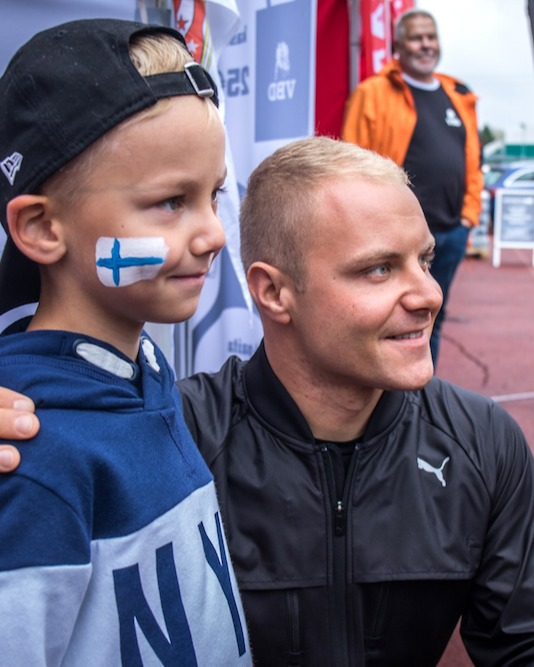 Valtteri_with_fans-3